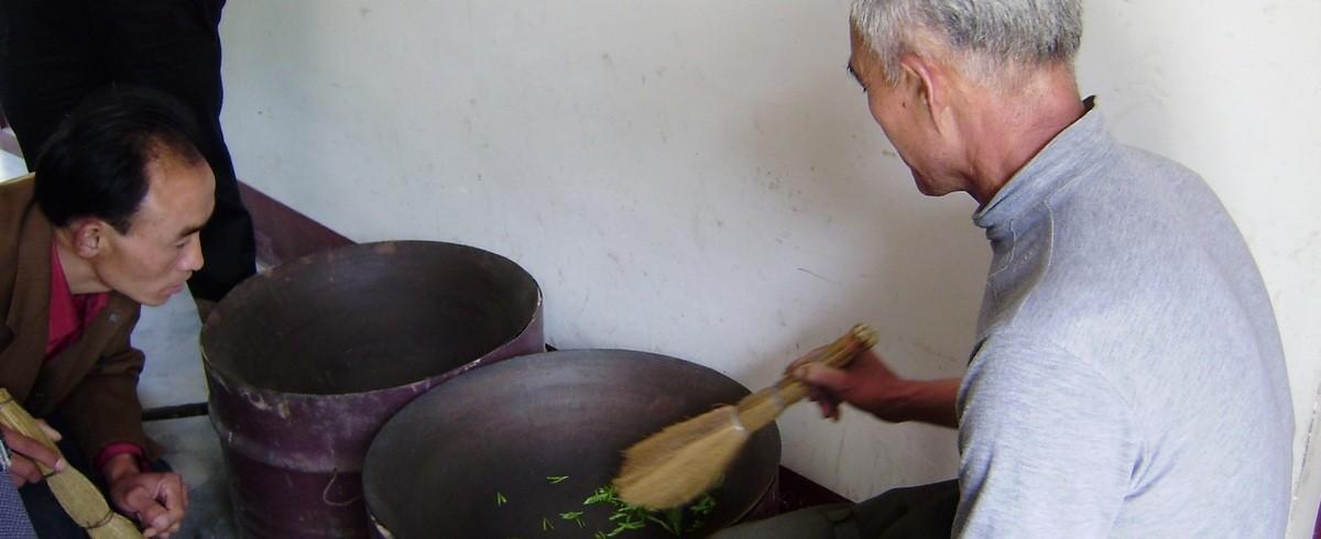 Torréfaction au wok du thé jaune de Chine Huoshan Huang Ya